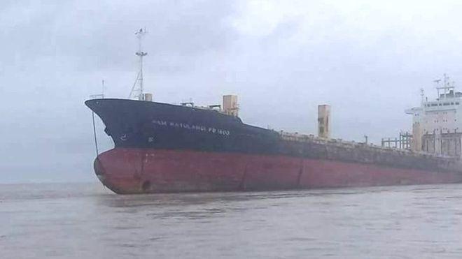 Корабель-привид сів на мілину біля берега М'янми