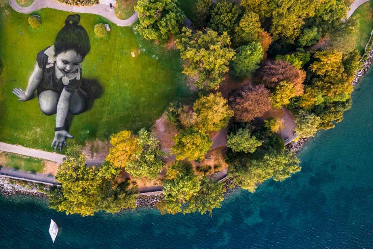 Гігантський малюнок, виконаний просто на землі в парку La Perle du Lac під назвою «Послання з майбутнього»