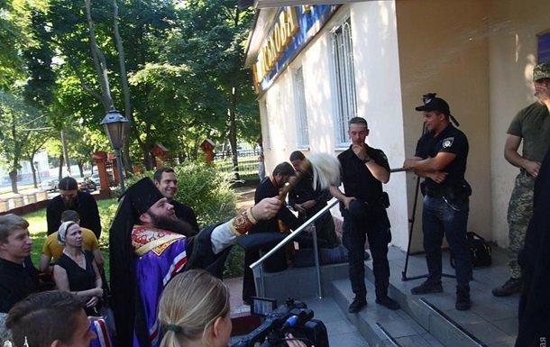 Російські попи намагаються пройти на територію Військової академії в Одесі