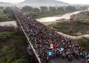 фото каравану гондураських біженців, які рухаються до кордону США
