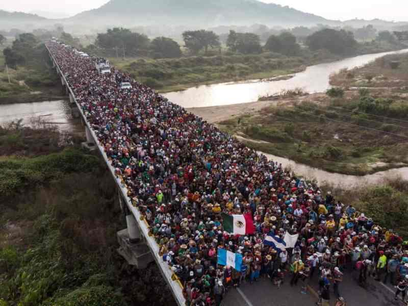 """Похід """"зомбі"""" на США. Караван біженців із Гондурасу перетинає Мексику"""