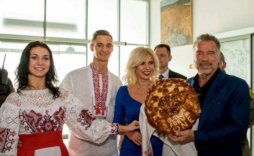 Арнольд Шварценеггер прилетів до Києва на зустріч з роботом Софію