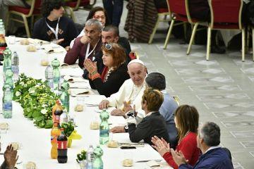 Папа Франциск обідає разом з потребуючими