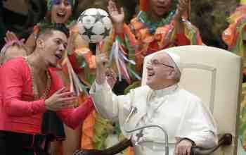 Папа Римський і футбольний м'яч