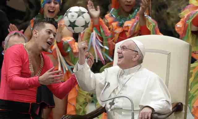 Папа Франциск обертає футбольний м'яч у Ватикані, в Римі, Італія. Фотографія: Ендрю Медічіні / AP