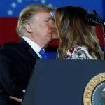 Президент США Дональд Трамп цілує першу леді Меланію Трампа
