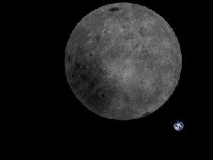 Незвичайне фото: зворотний бік Місяця і наша Земля