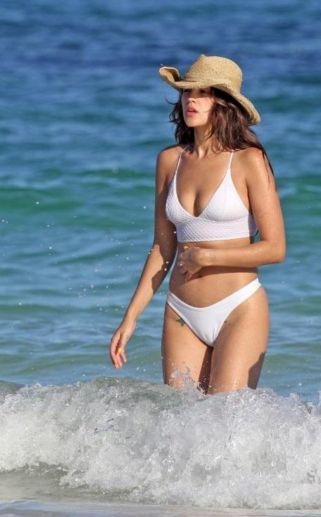 Мексиканська акторка та співачка Ейза Гонсалес в бікіні на пляжі у Тулумі