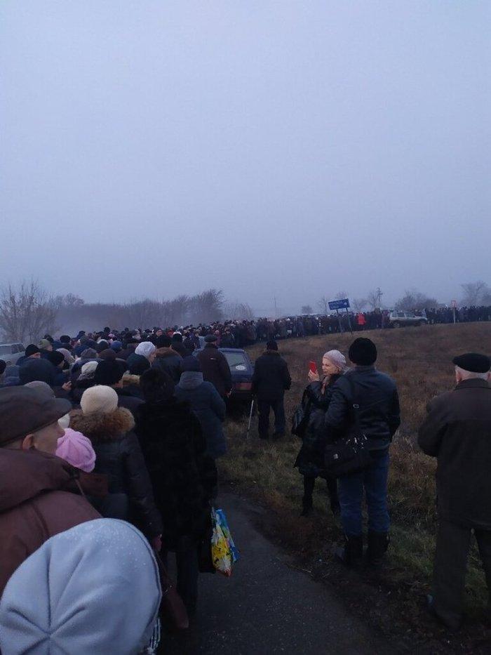 """Черга з """"ЛНР"""" у """"фашистську"""" Україну"""