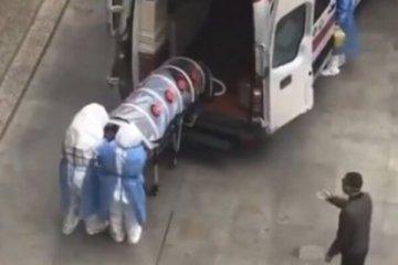 Транспортування хворого на коронавірус у Китаї