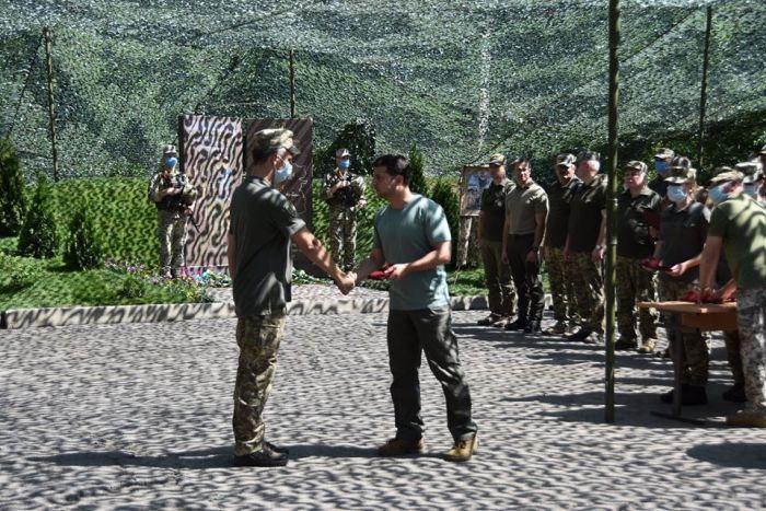 Зеленський нагороджує бійців