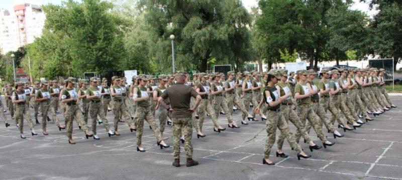 """""""Мулен Руж"""" від Зеленського. Жінок-військових готують до параду, поставивши на високі підбори"""