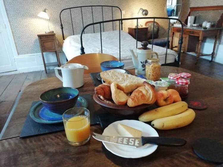 Petit Déjeuner sur une table dans une chambre d'hôtes