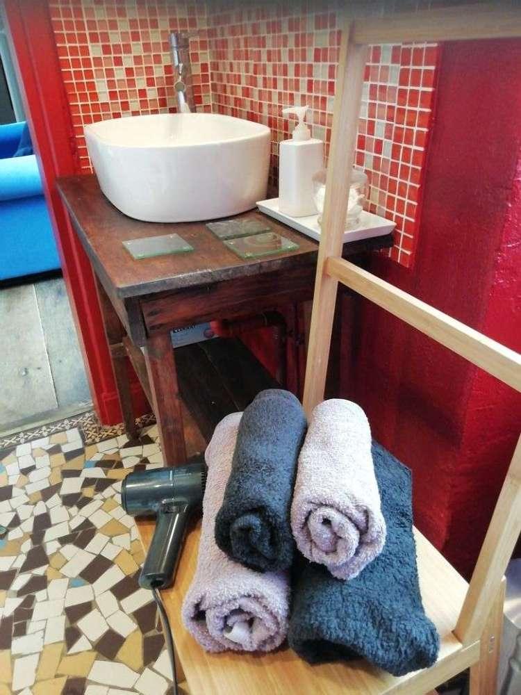 Salle de bain de la chambre 2 équipée d'un sèche-cheveux