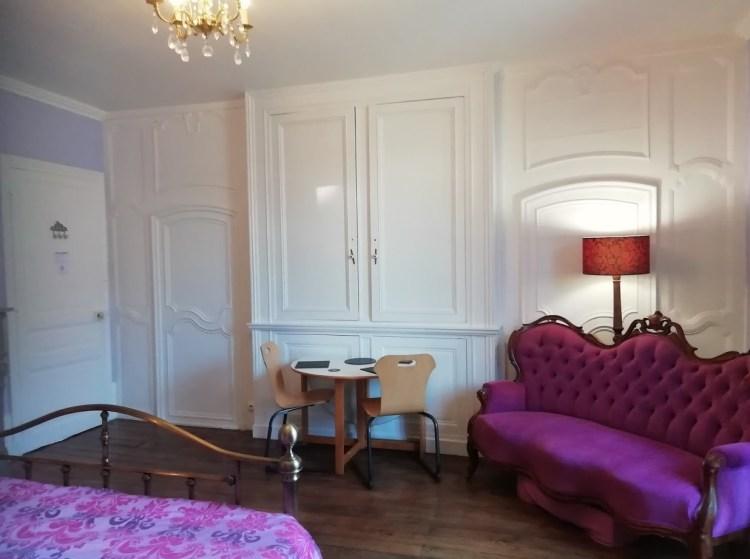 Chambre 1, canapé et table, maison d'hôtes, Felletin