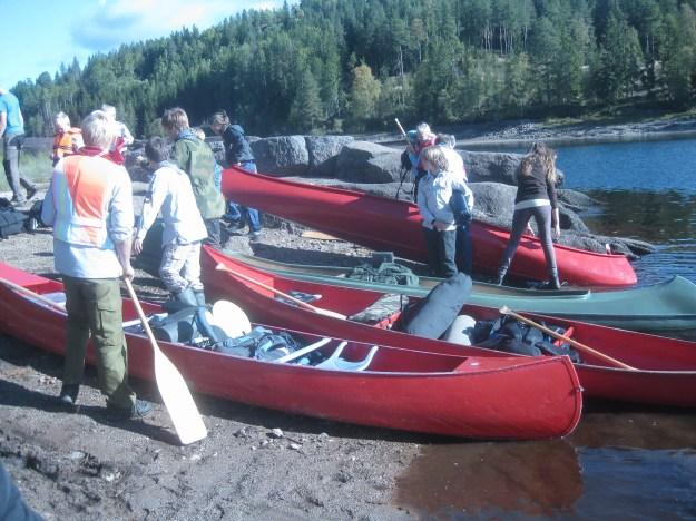 Omsider fant vi vannet og kunne stue bagasjen i kanoene. Foto: Reidulf Tangen