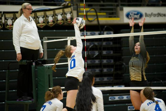 Audrey Welling, Senior der Thunder Mountain High School, trifft den Ball, als South Anchorages Hope Todd bei der ASAA / First National Bank in Alaska 3A / 4A Volleyball State Championships am Freitag im Alaska Airlines Center in Anchorage an den Block geht. South Anchorage gewann 3: 0 (25-10, 25-21, 25-12). (Nolin Ainsworth | Juneau Empire)