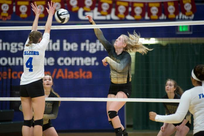 Erin Doner, Seniorin der South Anchorage High School, trifft den Ball in Richtung der Sophia Harvey von Thunder Mountain in der ASAA / First National Bank Alaska 3A / 4A-Volleyball-Staatsmeisterschaft am Freitag im Alaska Airlines Center in Anchorage. Süd gewann 3: 0 (25-10, 25-21, 25-12). (Nolin Ainsworth | Juneau Empire)
