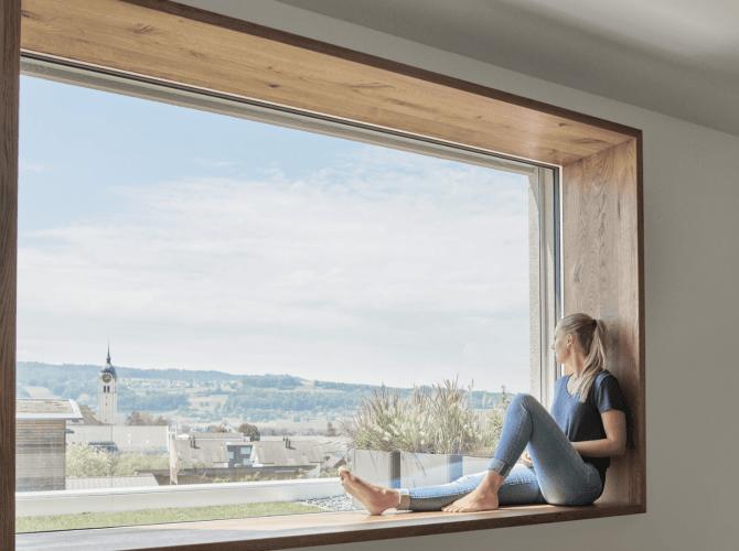 Sitzfenster mit Frau welche aus dem Fenster von 4B schaut