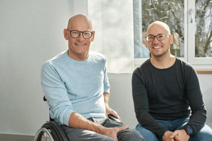 Heinz et Jan Frei assis devant une nouvelle fenêtre de rénovation RF1