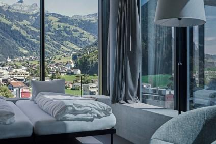 Hotelzimmer mit Sessel, Aussicht durch die intelligente Fassade vom Siscampus