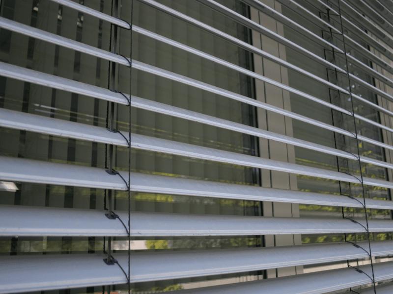 Fenster mit Storen welche angekippt sind