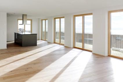 Helles Wohnzimmer und Küche mit grossflächigen Balkontüren und Fenster, Les Cadolles, Neuenburg