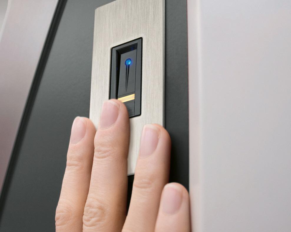 Frau scannt ihren Mittelfinger an der Haustür HT1