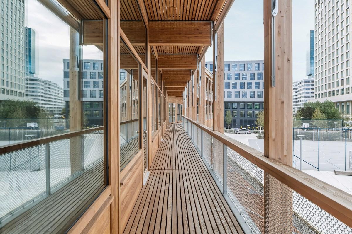 Die Pfosten-Riegel-Fassade aus Holz-Metall beim Schulhaus Pfingstweid steht für eine anspruchsvolle Ästhetik und Qualität.