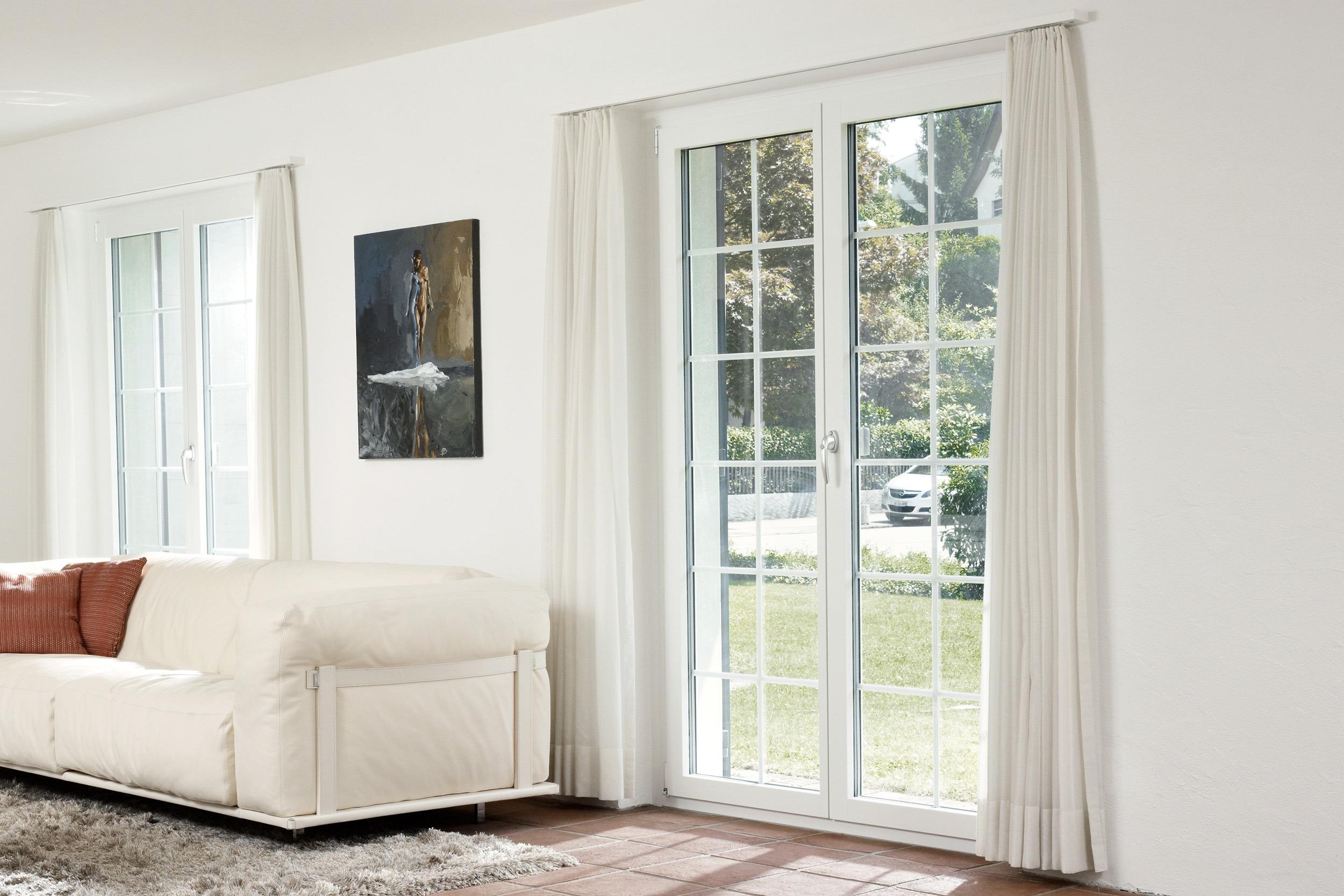 Wohnbereich mit bodentiefen Sprossen-Fenster.
