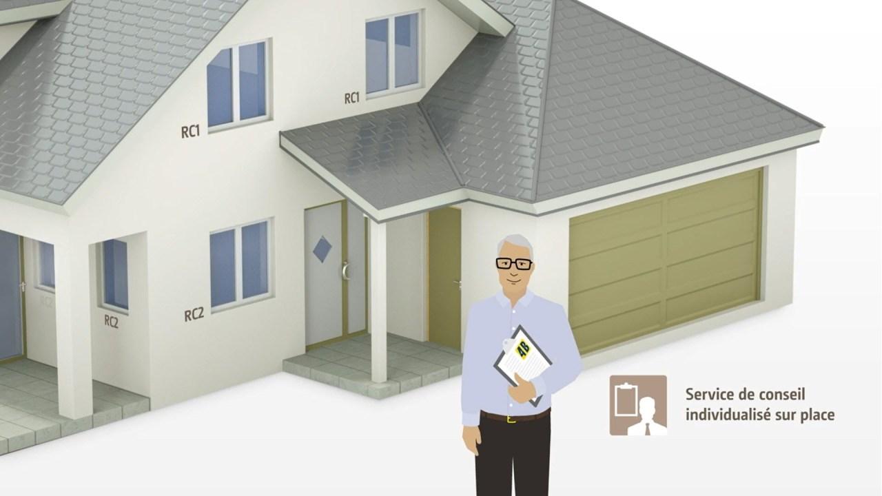 Un consultant 4B avec un presse-papiers devant une maison familiale.