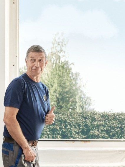 Monteur bereitet das Fenster für die Renovation vor