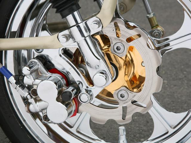 メッキ処理されたバイクのアルミパーツ