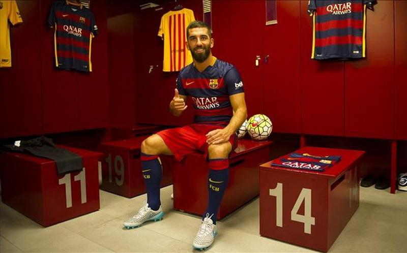 Arda Turan,nuevos jugadores del Barcelona 2015 2016Arda Turan será jugador del Barcelona tras aprobar su fichaje la comisión gestora del club, el Barcelona se reserva el derecho de devolverle al jugador al Atlético pagando 3,4 millones, el 10% de la operación de traspaso. El club azulgrana paga por el turco 34 millones fijos más 7 en variables. Arda, de 28 años, firma por cinco temporadas.Una Liga (2013-14), una Copa del Rey (2012-13), una Supercopa de España (2015), una Liga Europa (2012) y una Supercopa continental (2012) son los títulos conseguidos por el turco con el Atlético en cuatro temporadas.Desde su llegada del Galatasaray, en el verano de 2011, Arda siempre superó los cuarenta partidos por temporada con el equipo rojiblanco: en 2011-12 disputó 45, con cinco goles; en 2012-13 jugó 41, con cinco tantos; en 2013-14 alcanzó los 46 encuentros, con nueve dianas; y en 2014-15 repitió esa cifra, con tres goles.