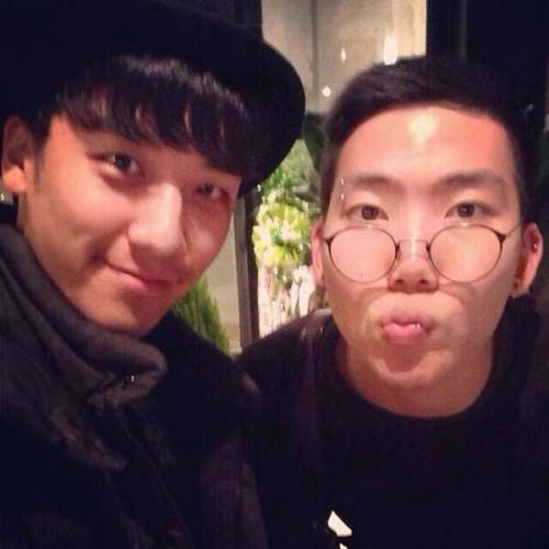 Seungri with AND.here staff member