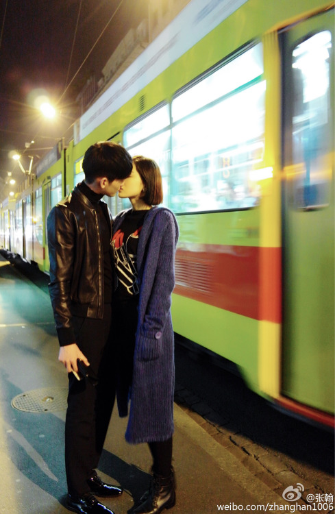Zhang Han and Gulinazha kissing in front of a bus