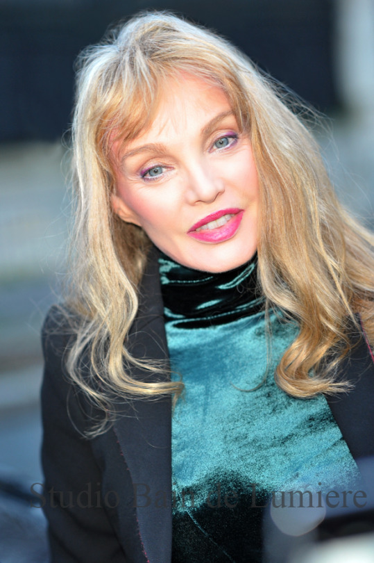 arielle dombasle  prends la pose  u2013 seance photo paris