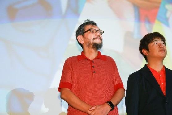 """Hideaki Anno rectifica sus declaraciones sobre la """"muerte del anime""""El conocido y polémico creador de la franquicia Evangelion, Hideaki Anno, hizo meses atrás unas fatalistas declaracionessobre el estado actual de la industria japonesa de animación. De acuerdo con el director, todo el panorama estaba en declive por varias razones y, por consiguiente, calculaba que no duraría más de cinco años.El pasado sábado Anno estuvo presente en las proyecciones de la Japan Animator Expo y allí atendió a los medios que le preguntaron sobre estas declaraciones. Aclarando sus palabras, dijo lo siguiente:""""No quise decir que colapsaría. Dije que se haría más difícil, pero no fue mi intención decir otra cosa. Sin duda el la animación japonesa está viviendo unas condiciones duras, pero no deja de tener sus perspectivas. Todavía puede hacer mucho más y francamente no está en crisis"""".Anno continuó diciendo que el principal problema de todo es el presupuesto para realizar proyectos. """"Suele decirse que hacer anime es barato… pero aún así, reunir el dinero para ello es un problema"""". Terminó instando a los fans sobre su apoyo incondicional como principal motor: """"Vayan a ver las películas cuando puedan. Lo principal detrás de esto es el amor de los fans"""".Resaltar que en el evento también estaba el animador Akira Amemiya, que completó las palabras de Anno diciendo: """"Nos encantaría que más personas que aman el anime trabajasen en la industria"""", afirmación que causó sorpresa en el rostro del director.Vía ANN"""