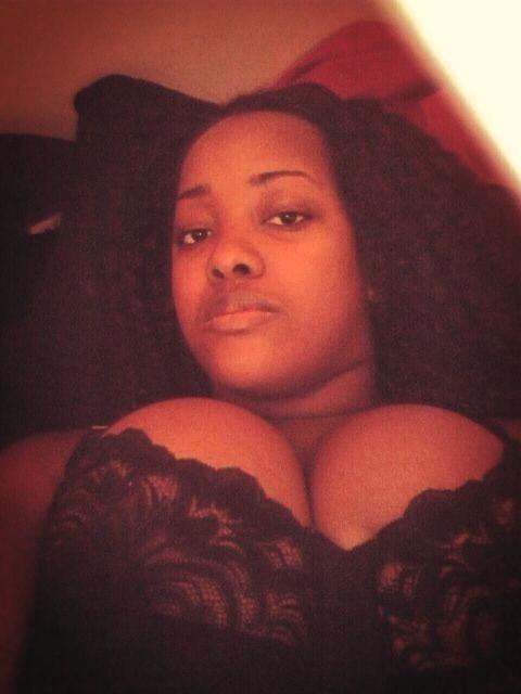 Photo sexy d'amatrice africaine avec de gros tétés