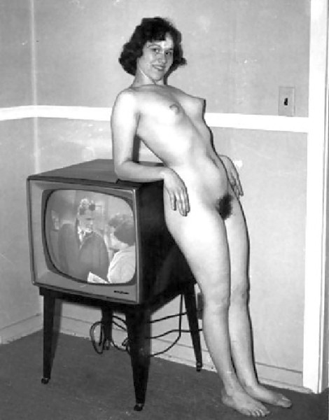 This stunning nude '50s wife has something in mind that doesn't include watching a sitcom.