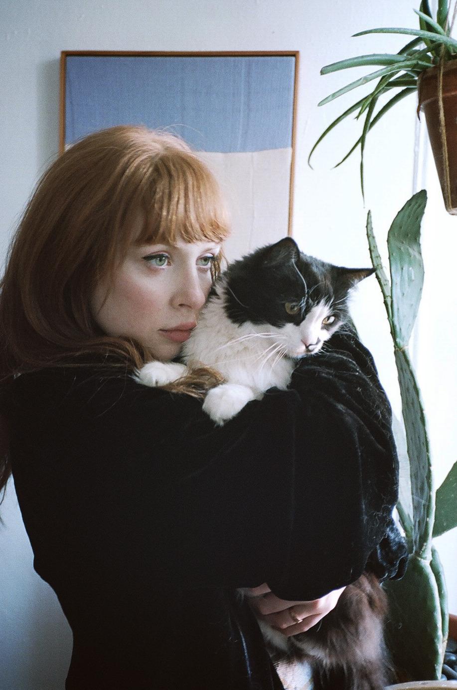 Imagini pentru imagini cu domnișoare si pisici