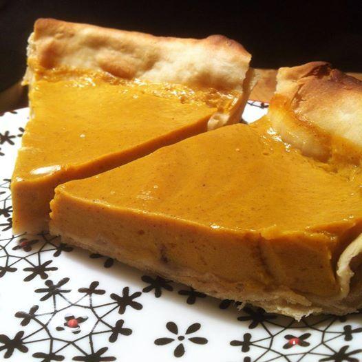 Pumpkin Pie aux zestes d'orange confits (vegan)<br /> Cette recette est adaptée de celle de Marie Laforêt, pour la marque SOY: elle leur a concocté trois recettes pour Halloween, allez donc les voir.<br /> J'ai acheté des oranges bio à 4 euros le kilo la semaine dernière, du coup j'avais envie de les rentabiliser à fond. D'où les zestes d'oranges confits.<br /> Deux préparations dans cette recette, donc: les zestes, et la tarte.</p> <p>Pour les zestes confits:<br /> Ingrédients: sucre / eau / épluchures d'oranges bio</p> <p>Peler les oranges à l'économe<br /> Faire tremper la peau d'orange dans un grand volume d'eau froide pendant au moins 2 heures (ça diminue l'amertume).<br /> Jeter l'eau de trempage, et détailler les épluchures en lamelles très fines<br /> Placer les zestes dans une casserole avec de l'eau froide et porter à l'ébullition (je l'ai fait deux fois: ça permet d'enlever l'amertume, tout comme le trempage)<br /> Égoutter les zestes, les peser, puis ajouter dans la casserole le même poids de sucre que de zestes. Ajouter un peu d'eau pour mouiller le sucre (pas trop, sinon ça risque de rallonger le temps de cuisson). J'ai ajouté de la vanille, on peut aussi les confire avec de la cannelle (quelques pincées suffisent, à adapter suivant la quantité de zestes que vous cuisinez)<br /> Placer sur un feu doux, et remuer jusqu'à ce que l'eau soit évaporée: attention: arrêter la cuisson immédiatement lorsque ça commence à caraméliser.<br /> Laisser refroidir et conserver au frigo (s'utilise dans les céréales du matin, les yahourts, lesgâteaux, pour sucrer et parfumer un thé…)</p> <p>Pour une petite tarte:<br /> Ingrédients :1 pâte sablée /tofu soyeux (200g) / potironcuit (175g) / sucre de canne (40g) / eau (50ml) / cannelle (1/4 de cuillère à soupe) / agar agar (1/2 cuillère à café) / zestes d'oranges confits(1 pincée, c'est puissant)</p> <p>Garnir le moule à tarte avec la pâte sablée. Cuire 15 minutes à 165°: la pâte doit être cuite/ dorée<br /> Pendant ce temp