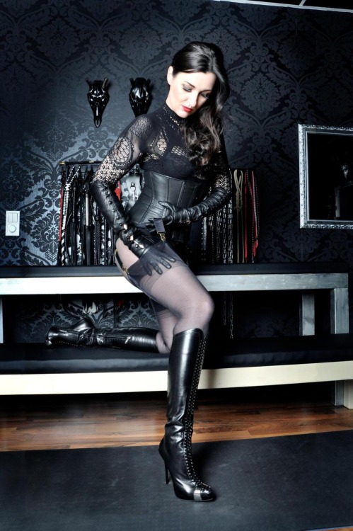 ffncollector:  Looks like a Dom is preparing herself ….
