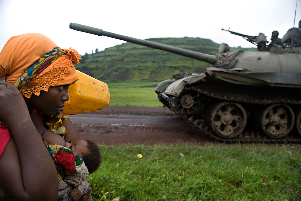 fotojournalismus:Congolese woman fleeing to Goma, 2008.Photo by Walter Astrada
