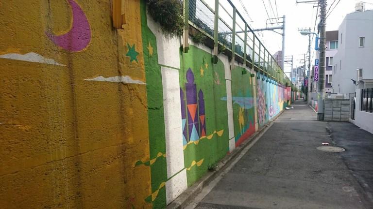 新大久保の近くの線路の壁