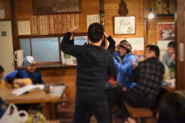 夕ご飯の場で、登山客がダンスをする