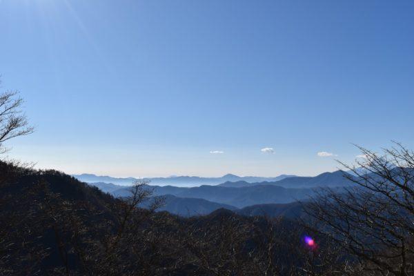 雲取山の頂上は眺望がよく360度山々が見渡せます