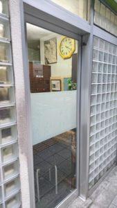 扉の向こう側で、前の方が山本桃仙さんのお話をきいております