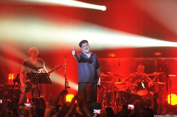 Юрий Шевчук на концерте quotДДТquot в Праге спустился в