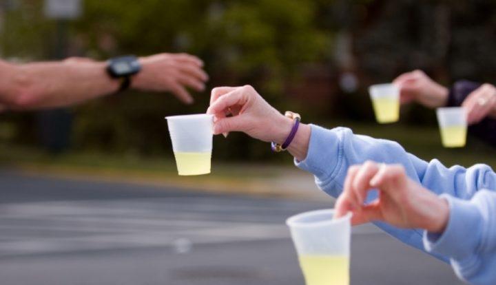 Durante el entrenamiento establece una pauta de hidratación. Puedes ingerir cada 15-20 minutos un aproximado de 200 ml de líquido/Entrenamiento.com